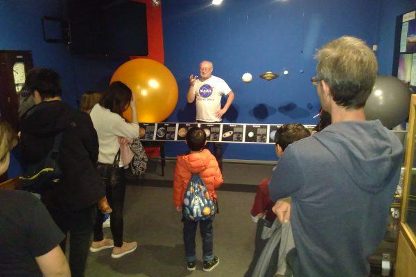 Ausstellungsraum und Besucher